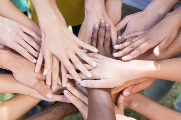amigos-juntando-sus-manos